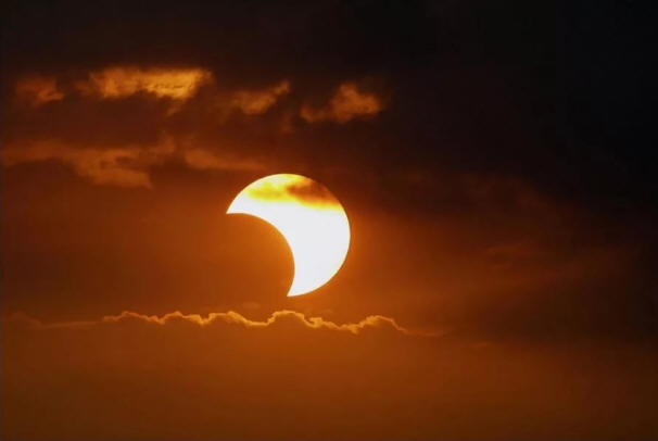 http://picterzone.ucoz.ru/SKY/Eclips/Pic_sun_eclips.jpg
